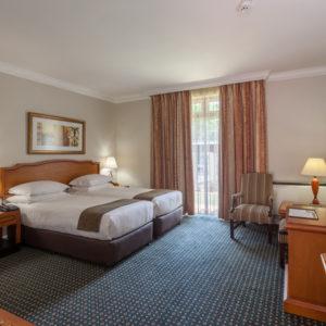 courtyard-Hotel-Arcadia-bedroom-twin-ci